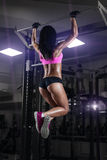 La muchacha joven atractiva de la aptitud levanta en el gimnasio Foto de archivo libre de regalías