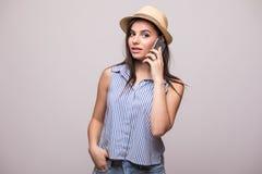 La muchacha joven de la belleza en choza habla en el teléfono Foto de archivo libre de regalías