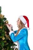 La muchacha joven de la Navidad adorna el árbol de abeto del Año Nuevo Fotografía de archivo
