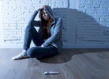 La muchacha joven del adolescente o la mujer joven en choque asustó después de prueba de embarazo positiva Fotos de archivo