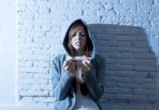 La muchacha joven del adolescente o la mujer joven en choque asustó después de prueba de embarazo positiva Foto de archivo libre de regalías