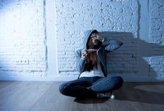 La muchacha joven del adolescente o la mujer joven en choque asustó después de prueba de embarazo positiva Fotos de archivo libres de regalías
