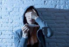 La muchacha joven del adolescente o la mujer joven en choque asustó después de prueba de embarazo positiva Fotografía de archivo libre de regalías