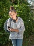La muchacha joven del adolescente tiene un dolor de estómago fotografía de archivo