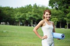 La muchacha joven del deporte hace yoga Imagenes de archivo