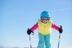 La muchacha joven del esquiador se divierte en las montañas durante día de fiesta del esquí Imágenes de archivo libres de regalías