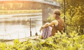 La muchacha joven hermosa del hippie tiene un resto en la naturaleza Foto de archivo