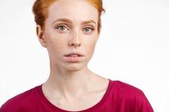 La muchacha joven hermosa del pelirrojo con la cara fresca limpia y las emociones neutrales se cierran para arriba Foto de archivo libre de regalías