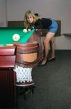 La muchacha juega billares Fotografía de archivo libre de regalías