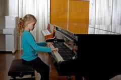 La muchacha juega el piano, cierre para arriba, blanco y negro teclado fotografía de archivo libre de regalías
