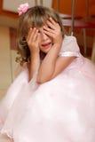 La muchacha juega escondite Foto de archivo