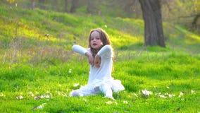 La muchacha juega la pelusa del álamo metrajes