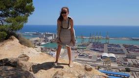 La muchacha juguetona puso su vuelo en el suelo encima de la falda, Barcelona almacen de video