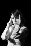 La muchacha lamentable en problema esposó aislado en el fondo negro blanco y negro Imagen de archivo