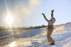 La muchacha lanza nieve Foto de archivo
