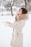 la muchacha lanza nieve ascendente Imágenes de archivo libres de regalías