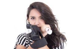 La muchacha latina con el guante negro que sostiene el papel rueda Fotos de archivo libres de regalías