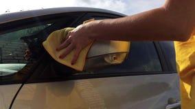 La muchacha lava el espejo en el coche metrajes