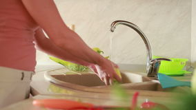 La muchacha lava las uvas Verduras en la tabla de cocina Tomates y col almacen de video
