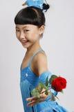 La muchacha le gusta bailar la danza latina Imagenes de archivo