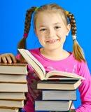La muchacha lee el libro Imagen de archivo libre de regalías