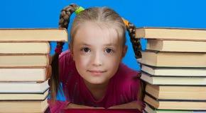 La muchacha lee el libro Foto de archivo libre de regalías