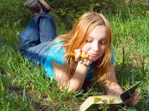 La muchacha lee el libro. foto de archivo