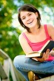 La muchacha lee el libro Imagen de archivo