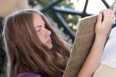 La muchacha lee el menú Fotografía de archivo libre de regalías