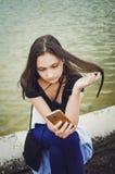 La muchacha lee SMS en el smartphone, forma de vida foto de archivo libre de regalías