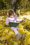 La muchacha lee un libro imágenes de archivo libres de regalías