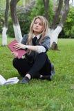 La muchacha lee un libro imagen de archivo libre de regalías
