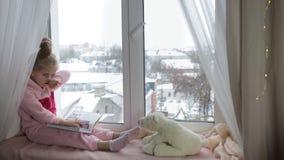 La muchacha lee un libro a un oso metrajes