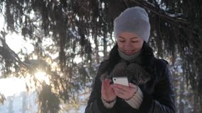 La muchacha lee un mensaje en el teléfono y la risa almacen de video