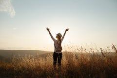 La muchacha levant? sus manos al cielo foto de archivo libre de regalías