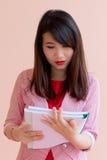 La muchacha leyó el informe Imagen de archivo libre de regalías