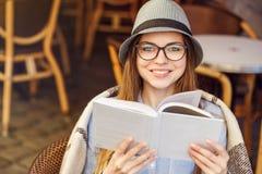 La muchacha leyó el libro fotos de archivo