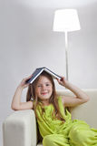 La muchacha leyó el libro Foto de archivo