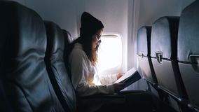 La muchacha leyó el libro durante el vuelo metrajes