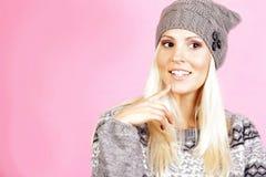 La muchacha ligera linda del pelo se vistió en la ropa del invierno, sonriendo Imagen de archivo libre de regalías