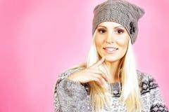 La muchacha ligera linda del pelo se vistió en la ropa del invierno, sonriendo Fotos de archivo