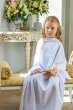 La muchacha linda alegre que se sentaba con subió Foto de archivo libre de regalías