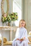 La muchacha linda alegre que se sentaba con subió Imagen de archivo