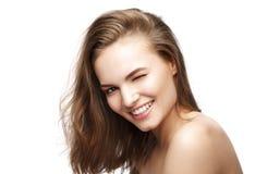 La muchacha linda atractiva atractiva hermosa guiña y sonríe Fotografía de archivo