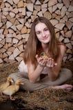 La muchacha linda con el anadón tiene pascua Fotos de archivo