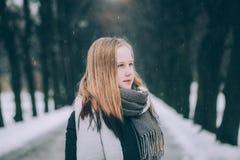 La muchacha linda con el pelo ligero en invierno parquea al aire libre Imagenes de archivo