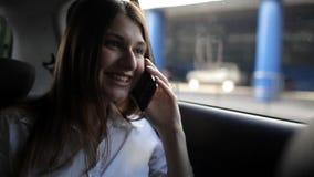 La muchacha linda del negocio monta en un taxi y hablar en el teléfono almacen de video