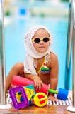 La muchacha linda del niño se divierte en la piscina al aire libre Fotografía de archivo