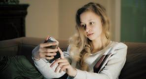 La muchacha linda del pelo rubio toma el selfie Fotos de archivo