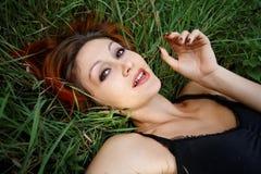 La muchacha linda del redhead disfruta de vida imagen de archivo